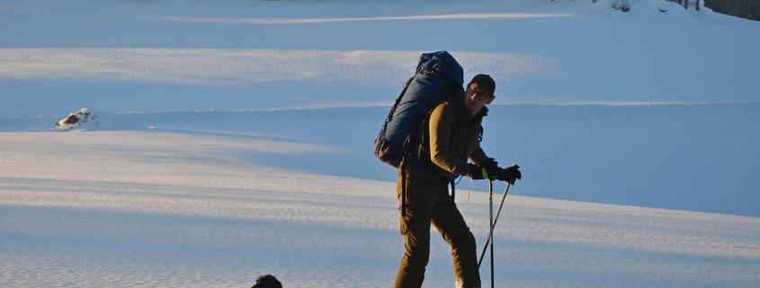 Blogbeitrag Wintersportler mit Schneeschuhe zu Fütterung
