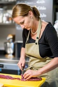 Sabine Gründling beim Vorbereiten des Fleisches