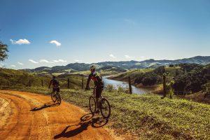 Mountainbiker und Jäger
