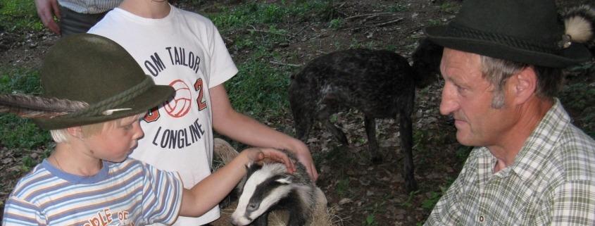 Schule und Jagd_Kinder mit Präparat